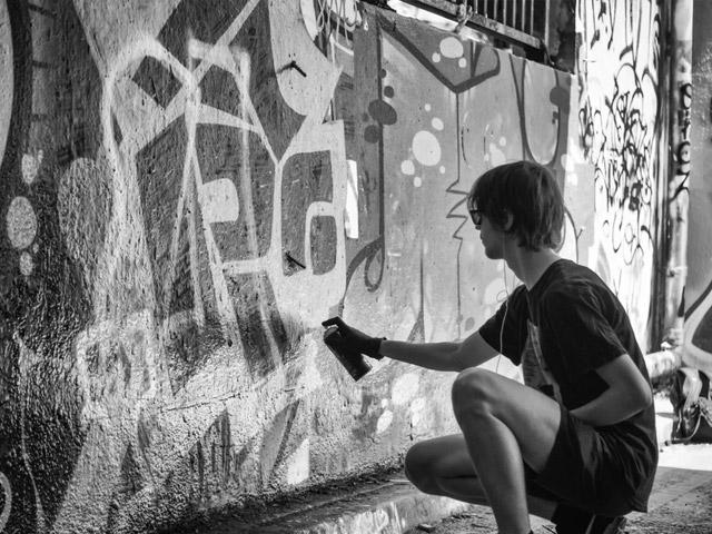 Ung mann lager grafitti